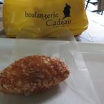 ブーランジェリー カドー - オープンテラス席にて、カレーパンを食す