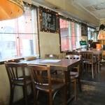 ロジェ カフェ - いい感じに使い古されたインテリアの内観♡