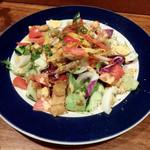 ラトゥー・マーケット・プレイス - いろいろ野菜がうれしいチキンとアボカドのコブサラダ