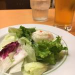 イタリアンダイニングDONA - セットのサラダとビールM。