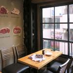 渋谷 道玄坂 肉寿司 - 3F 窓際のテーブル