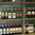 渋谷 道玄坂 肉寿司 - 階段横の棚に並ぶワイン