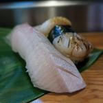 陣寿司 - 「にぎり寿司(松)」(1,500円+税)をいただきました。8貫堪能しました。この写真はカンパチとホタテ。