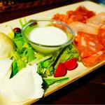 オービカ モッツァレラバー - テイスティングコースの水牛チーズの盛り合わせとサルーミ盛り合わせ