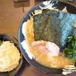 家家家 - 料理写真:味噌らーめん_800円、サービスの小ライスに胡麻とキューちゃん乗せてスタンバイ