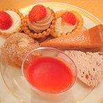 6789932 - プチタルト3種類、イチゴのチーズケーキ、イチゴパウンドケーキ、イチゴヨーグルト、イチゴシュークリーム