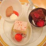 6789937 - イチゴチョコレートケーキ、イチゴのショートケーキ、イチゴのミルクチョコレートケーキ