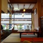 Kawachiya - 賛同沿いの落ち着いた店内 居心地良し