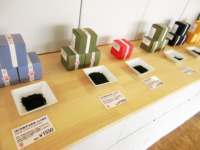 d:matcha Kyoto CAFE & KITCHEN - 自家製のお茶が並ぶ販売コーナー