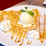 フランボワーズ - デザートクレープ 自家製塩キャラメル、バニラアイスクリーム、ホイップクリーム¥1080