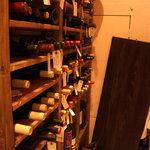 モゴット - ウォークインワインセラーには100種以上のワインが