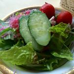 メインダイニングルーム - 新鮮な野菜サラダ