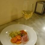 67921496 - 白ワイン、19時までお代わりOKの前菜、アペリティーボ