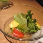 豚ステーキ十一 - どちらも最初はサラダが提供されました、中にパイナップルの入ったサラダです。