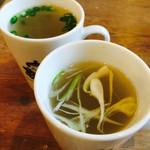 やきとりの扇屋 - 手前がとりスープ・奥がしじみスープ