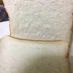 高級「生」食パン専門店 乃が美 上本町総本店 - きめが細かい。