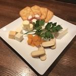 MAGIC TOKYO O - ミモレットやカマンベール、生ハムとクリームチーズのパンチェッタなどの6種盛合せ。
