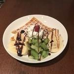 MAGIC TOKYO O - サクサクのワッフルとフルーツにチョコレートソースが合います。