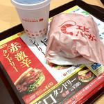 """67940196 - 「エビバーガー」(360円)と「コーラ」(120円)。配膳されてから発見した""""激辛""""の文字が眩しかった。"""