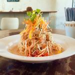 シティー カントリー シティ - 刻み野菜と大根おろしの明太子パスタ(冷製) 高さのある盛り付けがなかなかのフォトジェニック!