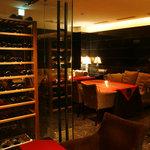 フェリア トウキョウ - 心地よい音楽やアンティーク調のインテリアと共にひっそりと長い夜を楽しむ大人の為の隠れ家、WINE CAVE。 ソムリエセレクションによるバラエティー豊かなワインを取りそろえております。 ワインケーブ(