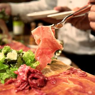 当店一番人気★ドドーンと、生ハムとサラミのてんこ盛りは必食!