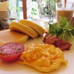 ビーンズカフェ - パンケーキプレート 1,250 円 ベーコン or スモークサーモン・スクランブルエッグ・焼きトマト・サラダ。