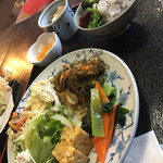 いなか亭 - 1巡目、小松菜と人参の酢味噌和え、チキン南蛮、切り昆布炒め煮、杏仁豆腐、ゆかりご飯、だし巻き卵、野菜サラダ、お猪口入り蕎麦、漬物、ぬか漬け