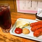 庶民 - かち割りワイン(赤) & 揚げウインナー