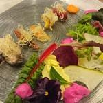 レストラン マリヴォー - 魚介の黒ニンニクソース サラダ仕立て♪                             オレンジぽっく見えているソースは赤ピーマンのソースです‼