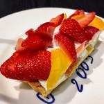 カフェ・コムサ - いちごとマンゴーのケーキ