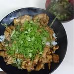 武内食堂 - 名物かしわバター!胡椒の効いた柔らかなかしわが大振りのどんぶりにてんこ盛りですよー!みそ汁付き!
