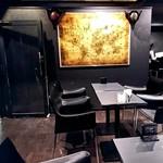 牡蠣&海老バル EAST BLUE - 入口付近のテーブル席