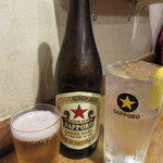 立ち呑みの「さのや」 - ドリンク写真:瓶ビールとチューハイレモン