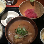 めしの助 - 豚汁定食(まぐろ中おち)       小鉢は、貝柱入りポテトサラダ