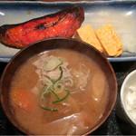 めしの助 - カレイのみりん干し定食・豚汁に変更       この日の小鉢は、しらすと新たまねぎ