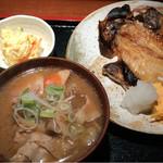 めしの助 - 日替り焼魚定食(金目鯛の干物)・豚汁変更       小鉢は、貝柱入りポテトサラダ