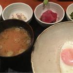 めしの助 - おまかせ朝定食(小鉢は、明太子・自家製ツナマヨけ・まぐろ刺・大根菜としらすの炒め物)