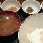 めしの助 - おまかせ朝定食(この日の小鉢は、牡蠣の佃煮・生しらす沖漬け・明太子・なめ茸煮)