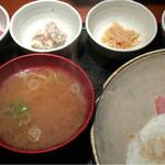 めしの助 - おまかせ朝定食(この日の小鉢は、あん肝煮・自家製ツナマヨけ・まぐろ刺身・なめ茸煮)