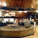 原始焼・二代目・魚々子 - 囲炉裏を囲むようにカウンター席