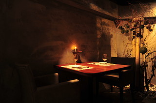 Guild - 友人とのフランクな食事には、ゆったりイスのテーブル席がお勧めです。