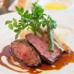 アデニア - メインのお肉はブラックアンガス牛のサガリのステーキ 柔らかくて美味かった。このランチコースは当たり(≧∇≦)