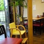 らーめん秋田 ひない軒 - 赤い椅子はウェイティング用、奥は1つだけあるテーブル席