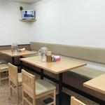 味の一平 - カウンター席、テーブル席ございます清潔感ある店内。
