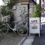 ライフ - LIFE(富ヶ谷):通り沿いの看板