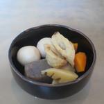 みはる - お通しの竹輪、筍、人参、里芋、蒟蒻の煮物