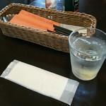 リングロード - お冷やと紙おしぼり、フォーク、スプーンのほかに箸があるのが年齢層を幅広くしてるのかな
