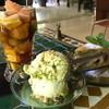 ガーンヴ ラバーリ - 料理写真:ピスタチオのアイス、チョコとバナナとナッツのパウンドケーキ、フルーツチャイ