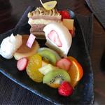 白栄堂 - プリン、苺タルト、栗とチョコのケーキ、苺生大福、フルーツ
